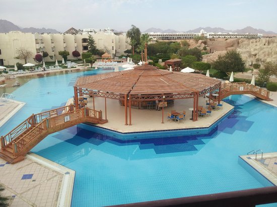 Sharm El Sheikh Marriott Resort: una delle due splendide piscine....questa c acqua calda...lato mountain