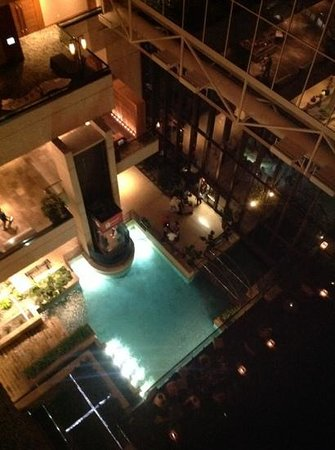 Hyatt Regency San Antonio: Looking down from 3rd floor to the Riverwalk entrance