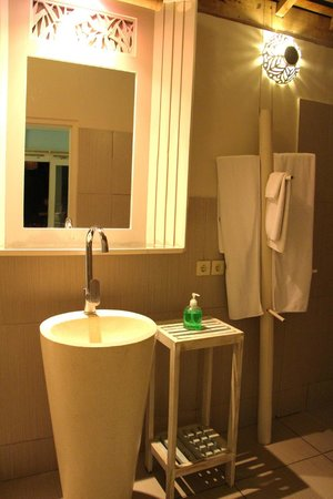 Lilin Lovina Beach Hotel: Bathroom