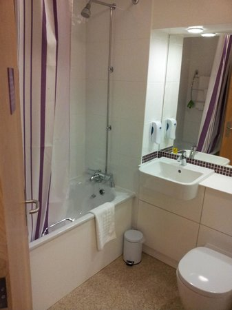 Premier Inn Chester Central (South East) Hotel: Bathroom