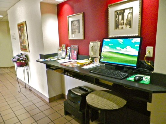 Battleground Inn: Get your emails checked in the Business Center at the Battgleground Inn Greensboro