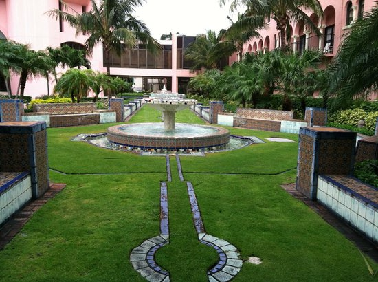 Boca Beach Club, A Waldorf Astoria Resort: Boca Resort Courtyard
