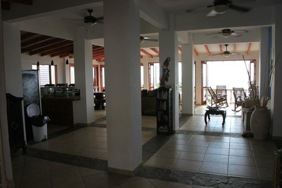 La Paloma Blanca : View of the open main living area