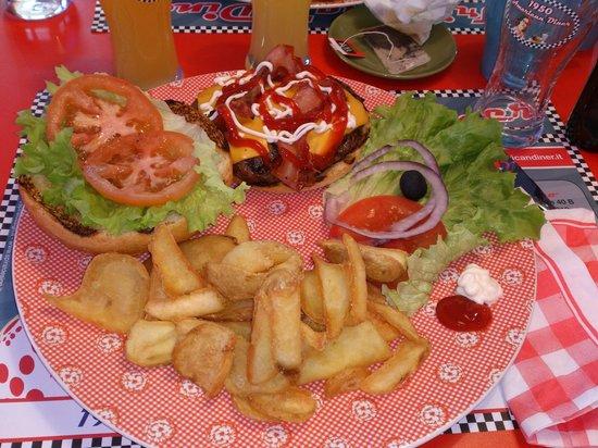 1950 American Diner: Baconcheeseburger