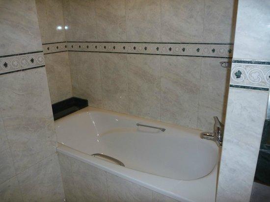 Emperador Hotel Buenos Aires: Bathtub