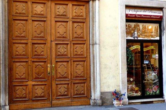 I Sapori del Piemonte: Torino: Italia: negozio e portone adiacente