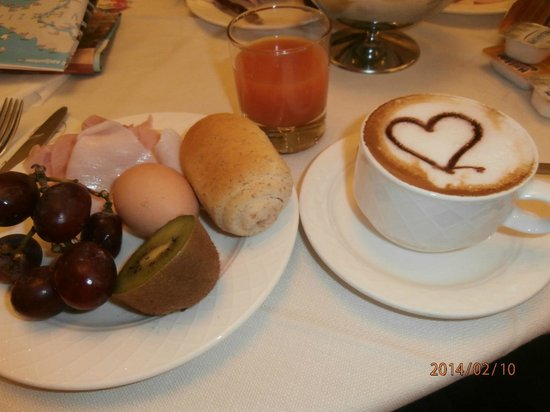 Hotel Antiche Figure : Fresh rolls and cressant daily, fruit and delicious cuts of cheese and hams!