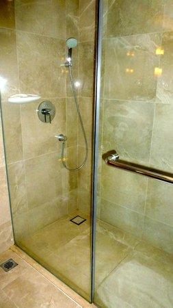 Eastin Grand Hotel Saigon: Shower