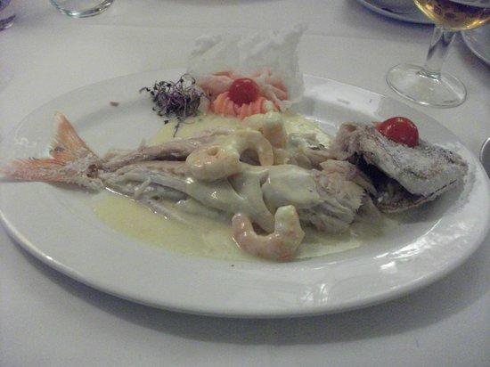 Restaurante la Alacena : PARGO AL HORNO CON CREMA DE CAVA Y LANGOSTINOS.