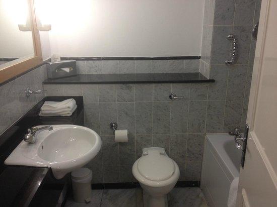 Talbot Hotel Stillorgan : Bathroom