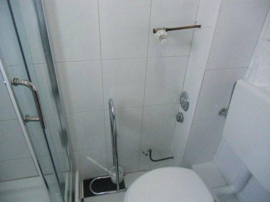 fliesen in der toilette vor der dusche bild von hotel zollhof hamburg tripadvisor