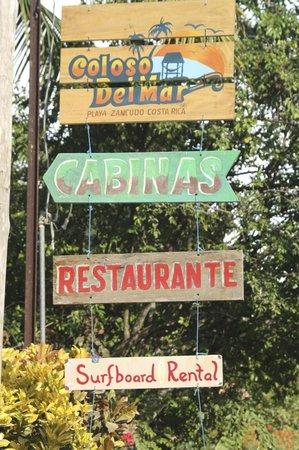Cabinas Coloso Del Mar: Entrance signage.