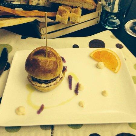 Gatta ci cova : Antipasto (mini burger, carne di anatra crauti rossi e maionese artigianale )