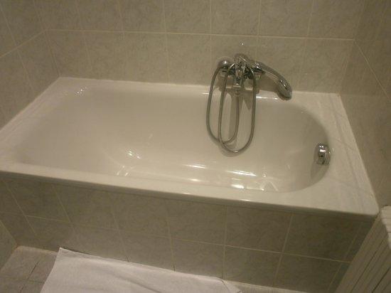 Hotel le Lausanne: shower but no shower curtain