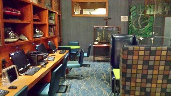 Harborside Inn: Computers in lobby