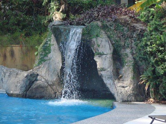 DoceLunas Hotel, Restaurant & Spa: pool waterfall... can sit inside!