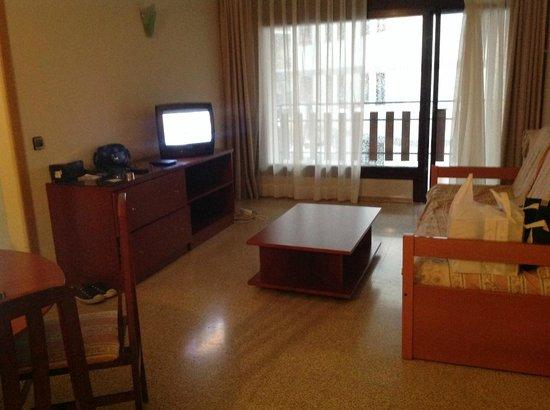 Hotel & Aparthotel Cosmos : comedor amplio con sofa cama