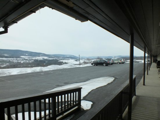 Howe Caverns Motel : Parking lot