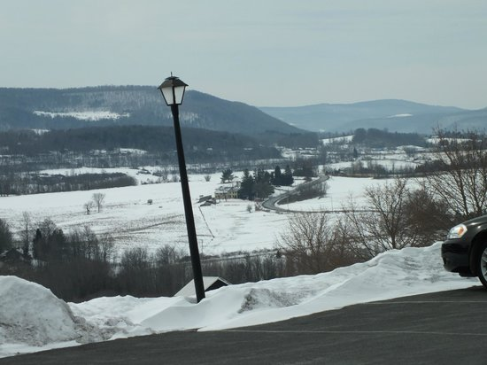 Howe Caverns Motel: Magnificent views, North and South