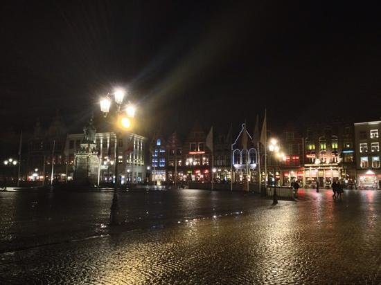 Relais Bourgondisch Cruyce - Luxe Worldwide Hotel: market square at night