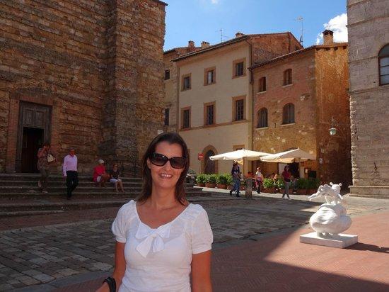 Ai Quattro Venti: O restaurante ao fundo, visto da Piazza Grande.