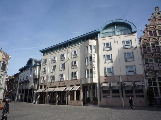 Novotel Gent Centrum: La façade sur la place