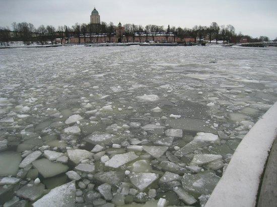 Forteresse de Suomenlinna : Breaking through the ice to get to Suomenlinna