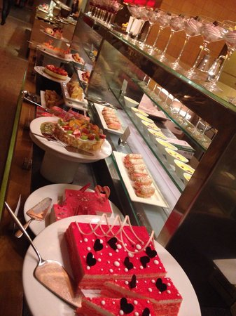 The Westin Mumbai Garden City : The delicious dessert selection at the dinner buffet. Expensive, but treat yourself once during