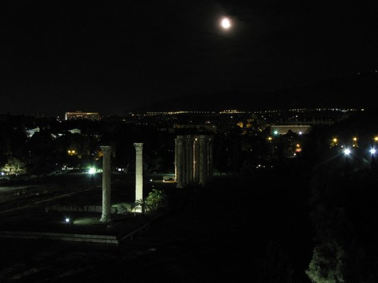 The Athens Gate Restaurant: View of Temple of Zeus at night from the restaurant