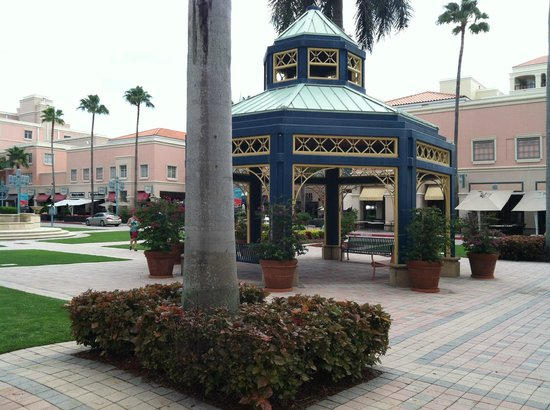 Mizner Park: Rest area with shade