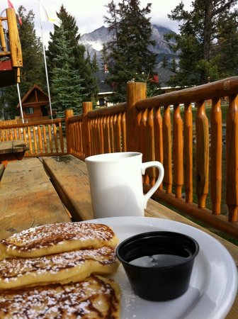 HI-Banff Alpine Centre: pancake breakfast with a view!