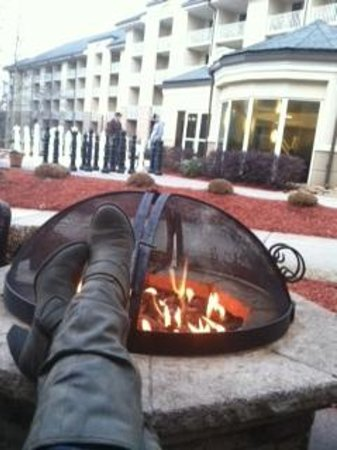 Atlanta Evergreen Marriott Conference Resort: Enjoying firepit by the pool.