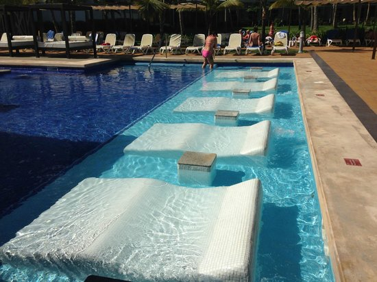 Hotel Riu Palace Macao: relax beds in pool