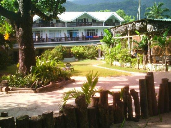 Augerine Guest House : Augerine côté jardin, accès direct plage