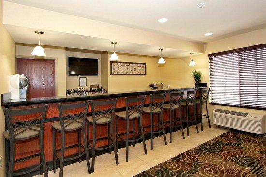 Cobblestone Hotel & Suites: bar