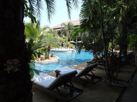 Am Samui Palace: Schöner Pool mit Liegen und Sonnenschirmen