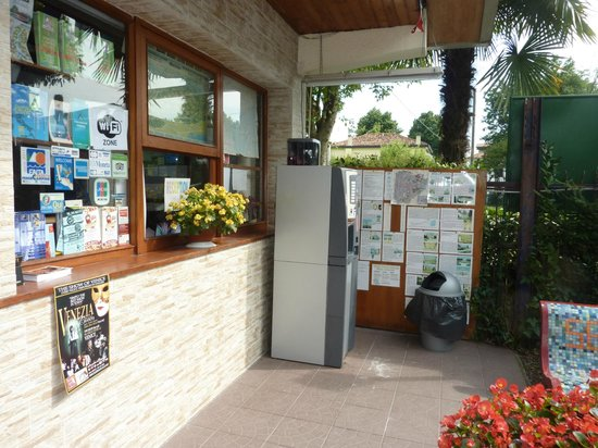 Relais Ca Sabbioni: convenice store for bus tickets and munchies