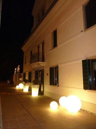Relais Ca Sabbioni: outside the hotel at night
