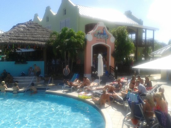 Grand Turk Cruise Center : music and cocktails