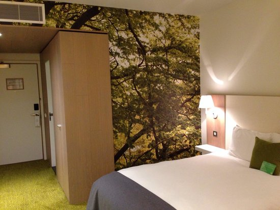 De Vere Orchard Hotel: Feature woodland wall a comfiest bed ever. Bigger than a double too!