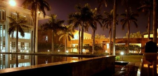 Jaypee Palace Hotel & Convention Centre Agra : Garden area at night