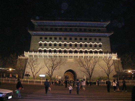 Qianmen (Zhengyangmen) : Night view.