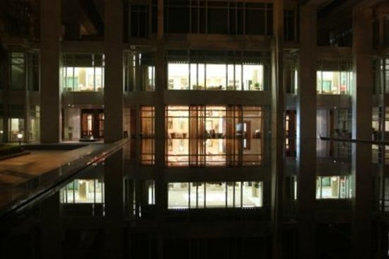 Jaypee Palace Hotel & Convention Centre Agra: Reflection of the restaurant dining areas from the pool area