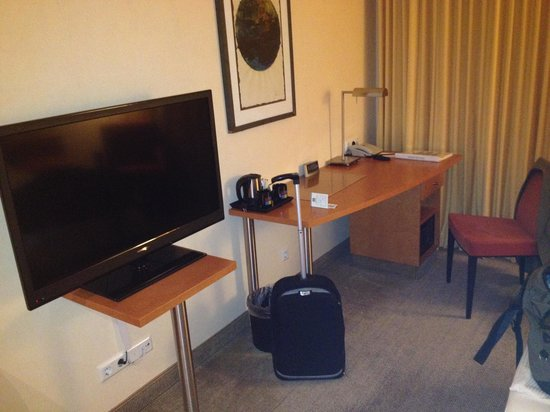 Best Western Premier Airporthotel Fontane Berlin : Small desk and TV