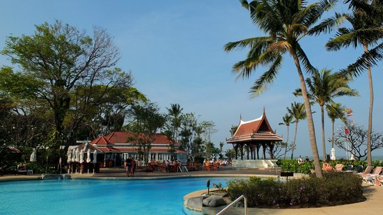 Centara Grand Beach Resort & Villas Hua Hin: Pool and sala by the beach