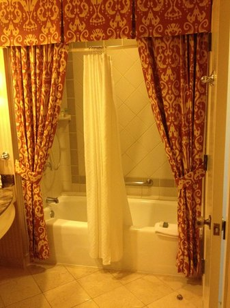La Cantera Resort & Spa: Bathroom - Well Maintained but the Curtains are a bit much