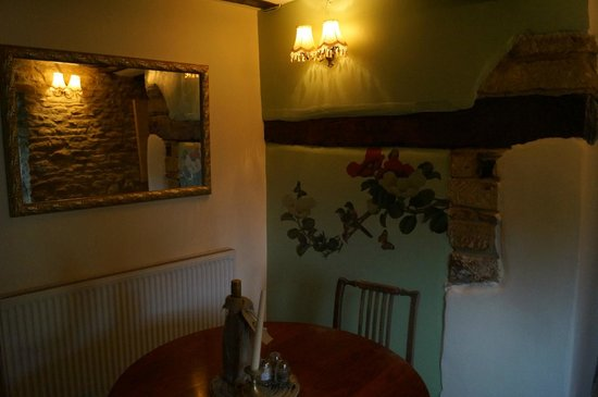 The Clanfield Tavern: Small back room for 3 to 4 diners