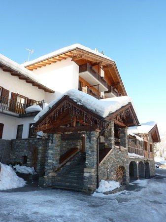 Facciata dell'hotel Beau Sejour in inverno 2014