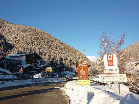 Hotel Beau Sejour: Segnaletica davanti all'hotel indicante la Bandiera Arancione assegnata dal TCI ad Etroubles