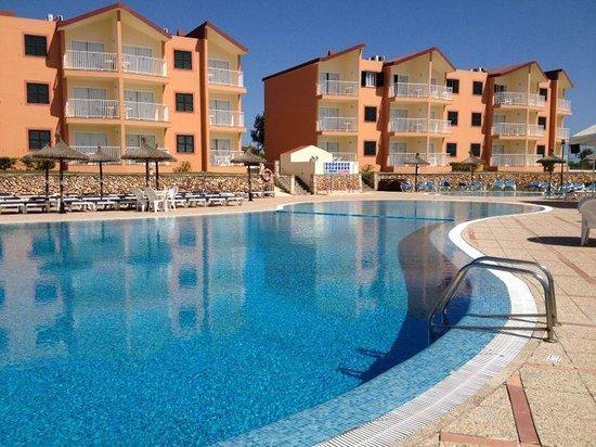 Apartamentos Roc Cala d'en Blanes Beach Club: Hotel e piscina